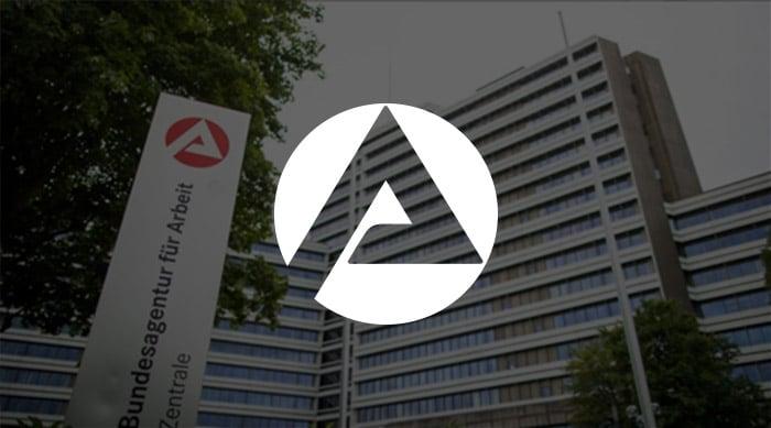 Logo Bundesagentur für Arbeit vor Bürogebäude