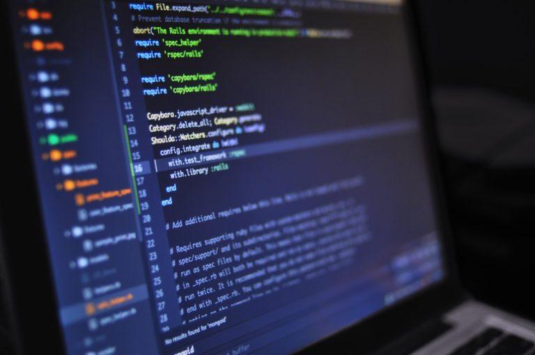 Laptop Bildschirm mit Programmiersprache